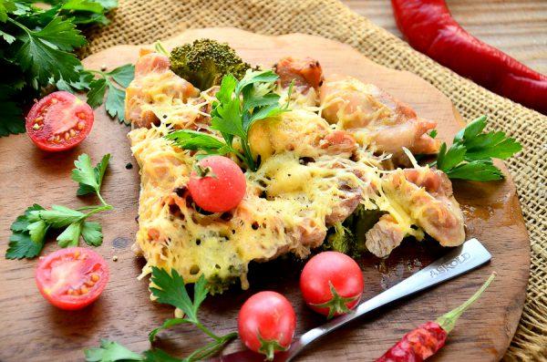 Курица, запеченная с брокколи и помидорами черри под сыром