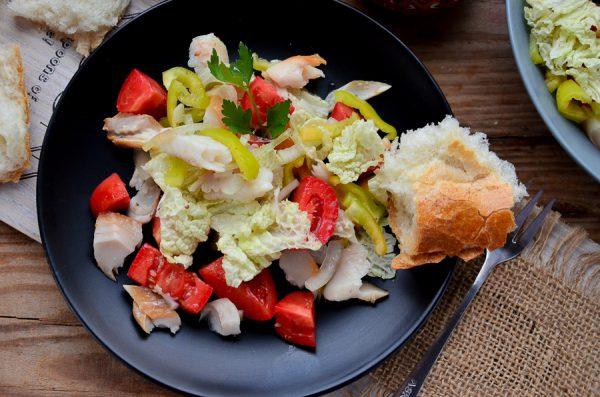 Салат с копченым хеком и овощами