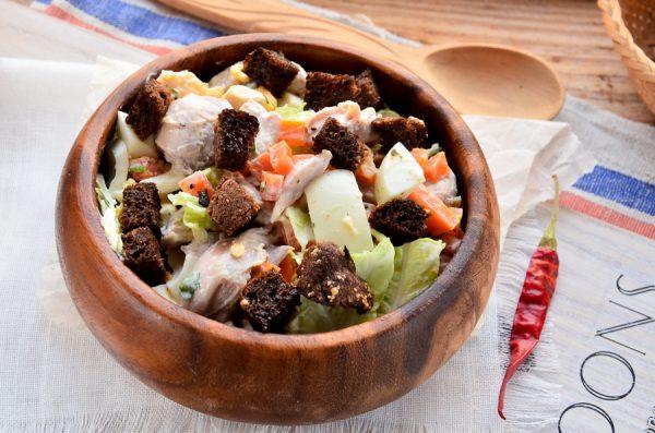 Салат с курицей, пекинской капустой, морковью, яйцом и сухариками