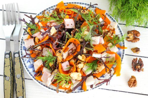 Салат с тыквой, рукколой, беконом и грецкими орехами