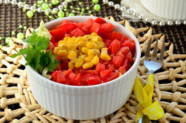Слоеный салат с курицей, помидорами, яйцом и кукурузой