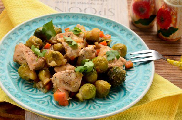 Курица, тушенная с брюссельской капустой в соевом соусе