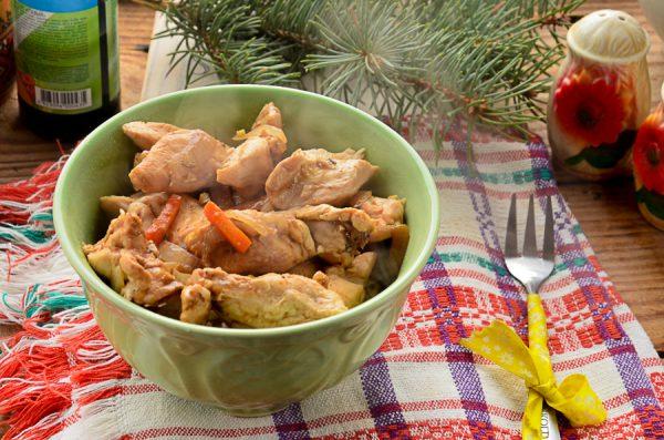 Куриное филе, жаренное с овощами в соусе