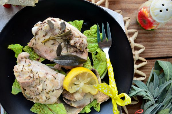 Куриные бедрышки с шалфеем и лимоном в пароварке