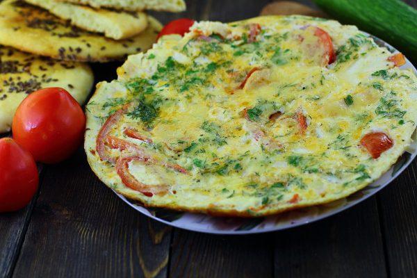Омлет с колбасой и помидорами