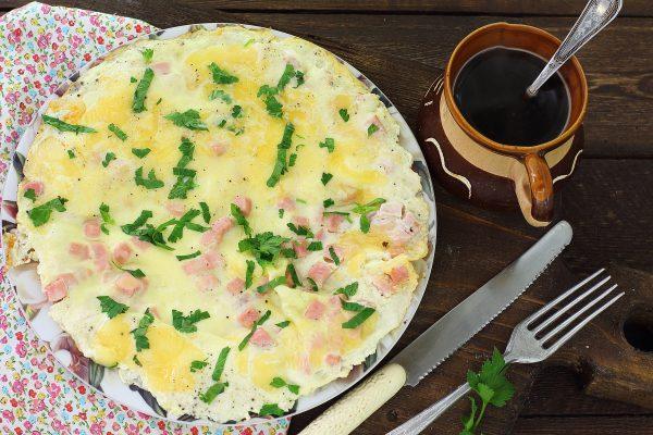 Омлет с колбасой и сыром