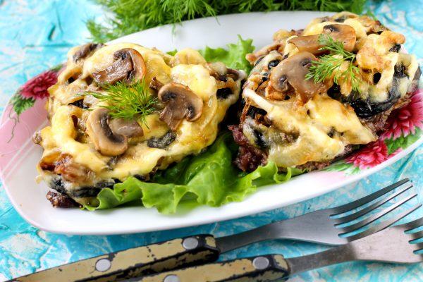 Отбивные из говядины с сыром, орехами, грибами и черносливом