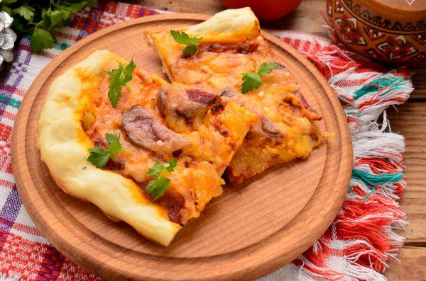 Пицца на дрожжевом тесте с колбасой и моцареллой