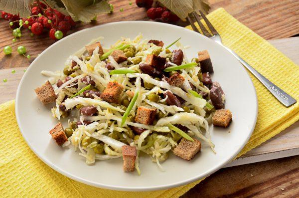 Салат с фасолью, сухариками и капустой