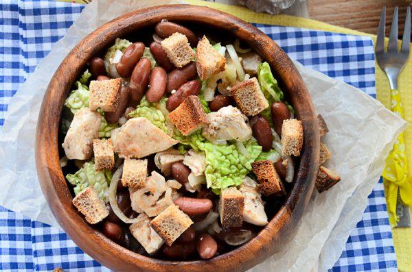 Салат с фасолью, сухариками и куриной грудкой