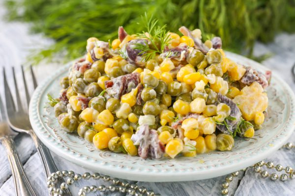 Салат с копченой колбасой, горошком и кукурузой