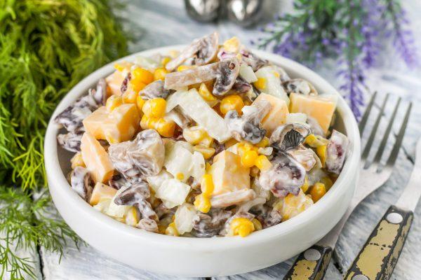 Салат с копченой колбасой, грибами, кукурузой и сыром