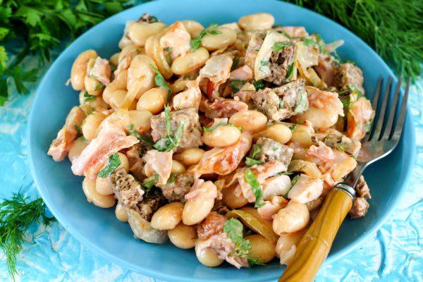 Салат с копченой курицей, луком и фасолью