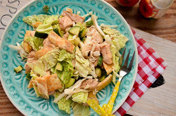 Салат с курицей, омлетом и капустой