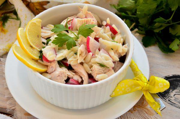 Салат с пастой орзо, курицей и редисом