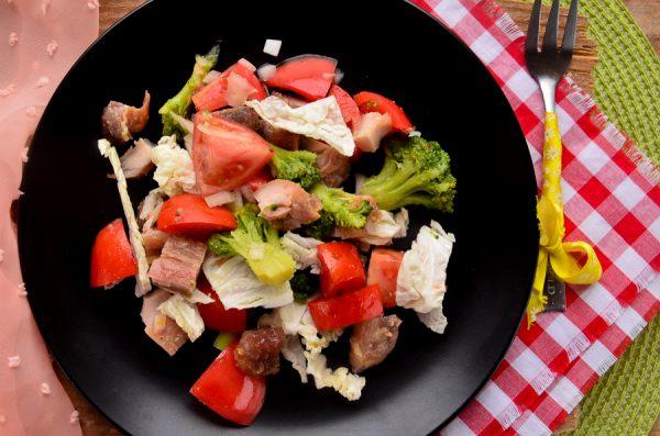 Салат с запеченной курицей, помидорами и брокколи