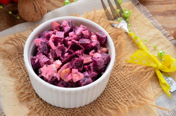 Салат со свеклой, сыром, грецкими орехами и чесноком