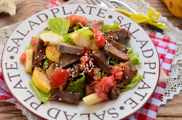 Теплый салат с говядиной, помидорами и грушей