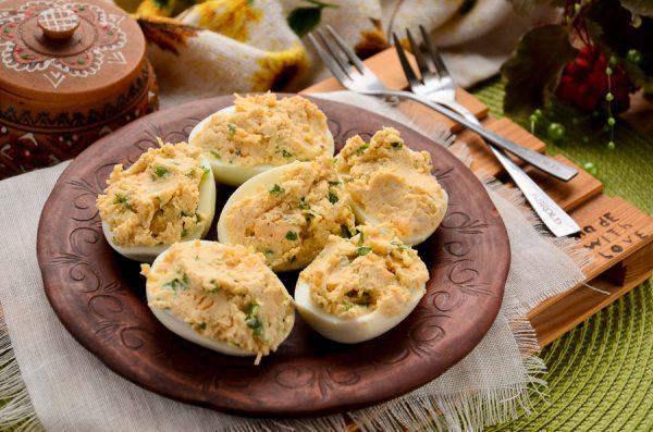 Яйца, фаршированные чесноком и сыром