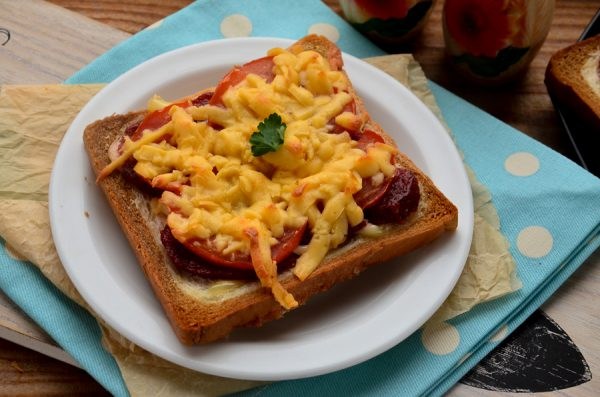 Бутерброды с колбасой, сыром и помидорами в духовке