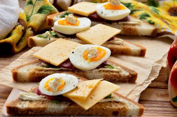 Бутерброды с колбасой, сыром и яйцом