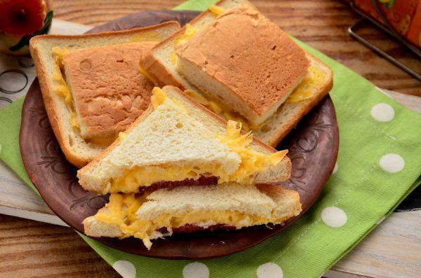 Бутерброды с колбасой, сыром и яйцом в духовке