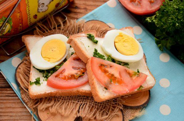 Бутерброды с помидорами и яйцом