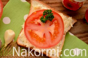 Бутерброды с помидором сыром и чесноком