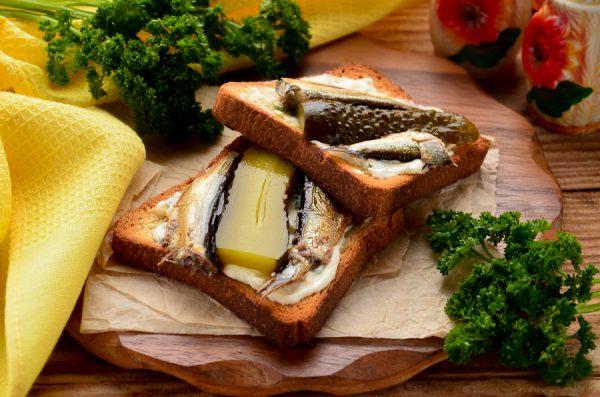 Бутерброды со шпротами и соленым огурцом в духовке