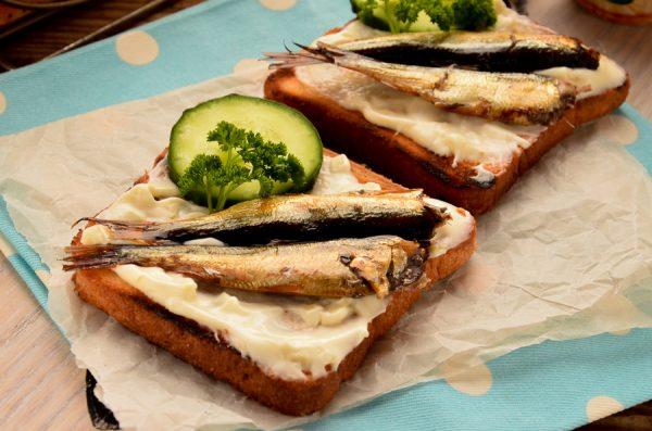 Бутерброды со шпротами на жареном хлебе с чесноком
