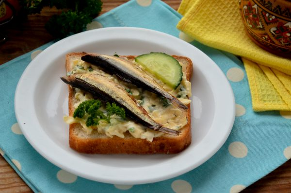 Бутерброды со шпротами, сыром и чесноком