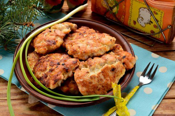 Рубленые куриные котлеты с чесноком и сыром