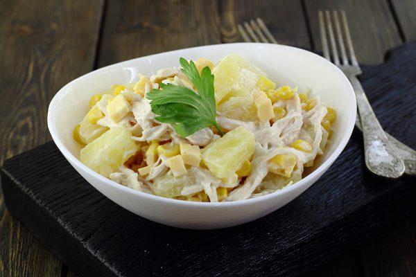 Салат с ананасами, курицей, сыром и кукурузой