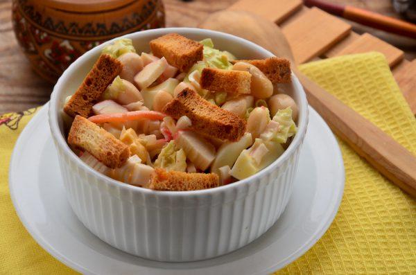 Салат с фасолью, сухариками и крабовыми палочками