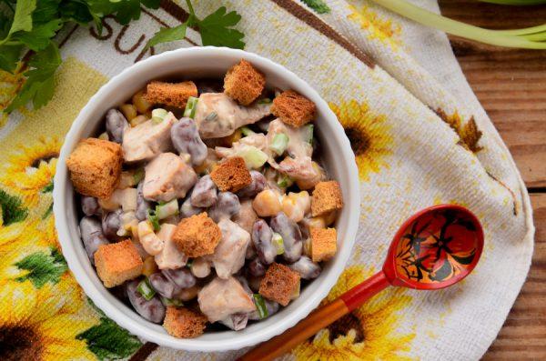 Салат с фасолью, сухариками, кукурузой и курицей