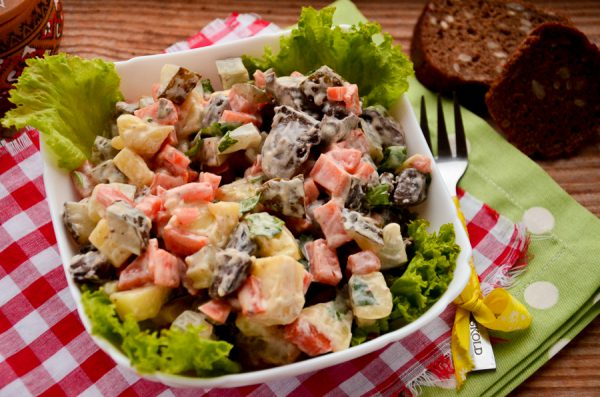 Салат с индюшиными сердечками и овощами