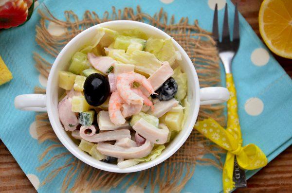 Салат с кальмарами, овощами и маслинами