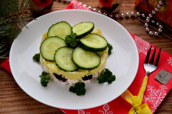 Салат с курицей, черносливом и огурцом