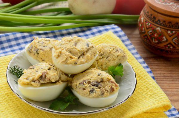 Яйца, фаршированные грибами и сыром