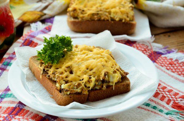 Горячие бутерброды с сайрой и яйцом