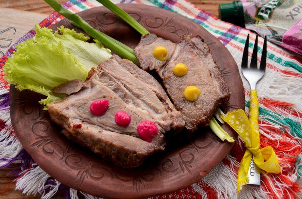 Ошеек, маринованный с луком и специями, в духовке