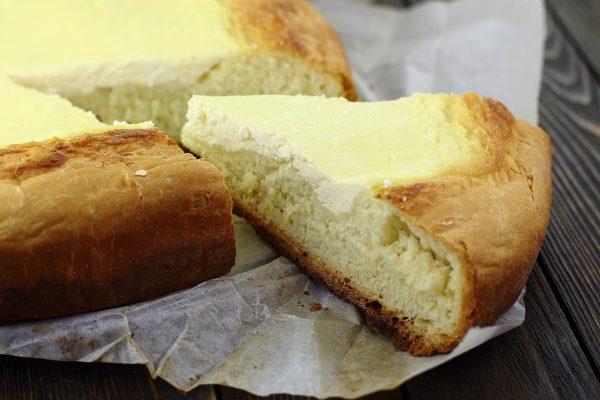 Открытый пирог с творогом из дрожжевого теста
