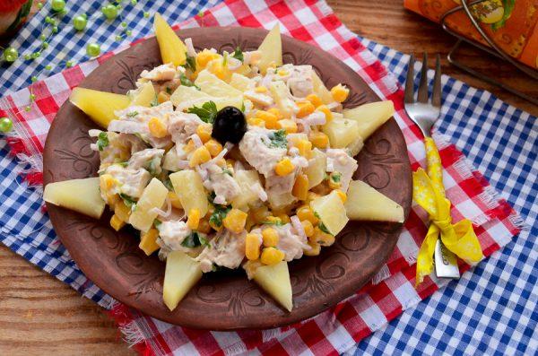 Салат с ананасами, курицей и кукурузой