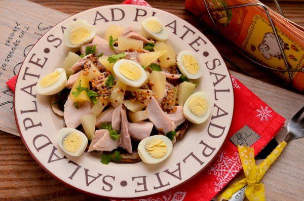 Салат с ананасами, курицей и шампиньонами