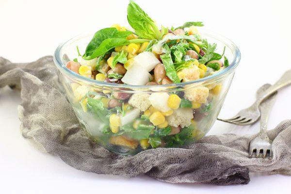 Салат с фасолью, сухариками и кукурузой
