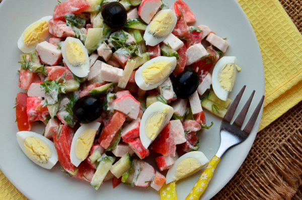 Салат с крабовыми палочками, помидорами и огурцом