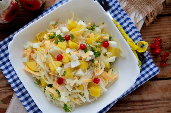 Салат с квашеной капустой, яйцом и овощами