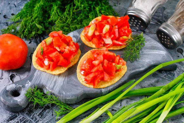 Закуска на чипсах с помидорами