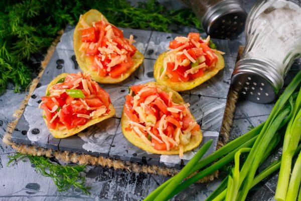 Закуска на чипсах с помидорами и сыром
