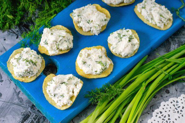 Закуска на чипсах с творожным сыром